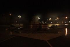 la fontana, la piazza e la rocca di sera - Senigallia (walterino1962) Tags: piazza fontana statue cordoli scalini camminatoio rocca mura scaloni lampioni palazzo porte finestre luci ombre riflessi senigallia ancona