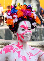 13-11-16 035 (Charlie Vamme) Tags: mxico puebla ciudad city mujer woman flores flowers cuerpo pintado body paint fuente source blanco white rosa pink fotografa photography fotgrafos photographers sonrisa smile felicidad happiness modelo model