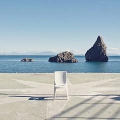 Mod. 'Rocks' (mirehoracio) Tags: rocks amalficoast chair sedia secret empty windrose rosadeiventi duefratelli seaside