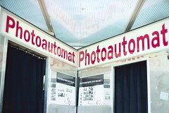 Photoautomat (bortx_) Tags: urban berlin film canon lens photobooth kodak streetphotography symmetry analogue forced portra pankow fd urbanlife analógico 160 at1 película eberswalder simetría photoautomat fotomatón strase пленка forzada