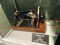 antigua Maquina de coser textil Museo Etnologico Ribadavia Orense 1629 (Rafael Gomez - http://micamara.es) Tags: museo etnológico ribadavia orense textil antigua maquina de coser maquinaria artesanal del lino etnologico utiles herramientas