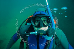 Plonge sous-marine en eau douce (36270 Eguzon Chantme). (Emmanuel LATTES) Tags: blue portrait man water sport de eau snorkel mask scuba diving fresh bleu equipment surprise bubble expressive surprised diver impressed amazement aquatic tuba incredible douce gilet wetsuit astounded homme plonge masque bulle freshwater astonishment limpid carrire regulator amaze watery astonished exhilarating impress deepsea incroyable glauque astonish impressionable limpide surpris neoprene expressional plongeur glaucous aquatique stabilisation sousmarine combinaison stupfaction tonnement astound tonn inonde quipement limpidity expressif limpidit dtendeur noprne stupfi