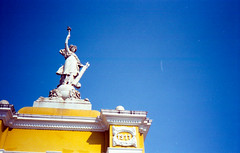 Parque del Centenario . Cartagena 2016 • 35mm (santiagoparedesco) Tags: red filmgrain filmisnotdead konica konicac35af konicaphoto 35mm filmphotography colombia cartagena analog santiagoparedes santiagoparedesco santiago paredes