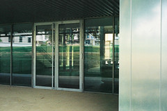 Tout de vert et d'acier (SB Photographie) Tags: verre acier steel glass metal building batiement architecture modern moderne contemporain new neuf vitre door porte transparency transparence light lumire reflect reflet mirror miroir vert green toulouse france ramonville occitanie konica auto s3 argentique analogue film camera old pellicule kodak expired