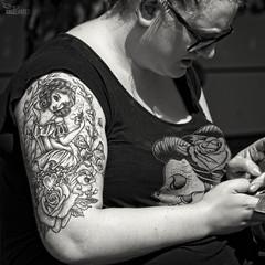 (...) (ngel mateo) Tags: ngelmartnmateo ngelmateo irlanda galway ireland eire erin irish  mujer tatuaje dibujo blancanieves disney woman tattoo drawing snowwhite mordisco manzana corazn rosa conejo bite apple heart pink rabbit