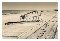 Fin de partie (jacme31) Tags: autoupload bw nb agfa agfaapx100 analog chaise down maitrenageur monochrome pentaxmx plage rodinal sable beach sand empty trace pas virage sea atlantique lifeguardchair