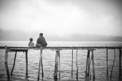 aprendiendo a pescar (Sitoo) Tags: bw bali mist lake blancoynegro fog indonesia lago 50mm blackwhite fishing toddler father daughter wb bn learning niebla pescar aprendiendo beratan padreehija
