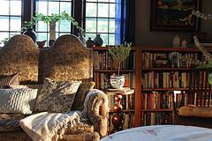 Slanting Light (Mamluke) Tags: morning light sun sunlight home window minnesota am stpaul books pillows tageslicht sunlit bookcase bookshelves zonlicht settee slanting lumièredusoleil luzdelsol mamluke lucesolare