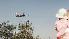 Beeindruckt (FalkWussow) Tags: baby frau tochter flugzeug airplane plane