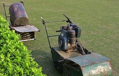 INDIEN, in Sarnath  - Lawn mower (antique), 14558/7538 (roba66) Tags: indiensarnathbuddhastupa lawnmover rasenmäher