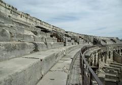 Les Arenes de Nimes: detall de la cvea (Sebasti Giralt) Tags: architecture arquitectura roman amphitheatre romano arena amphitheater arenas nimes anfiteatro rom arenes cavea amfiteatre llenguadoc