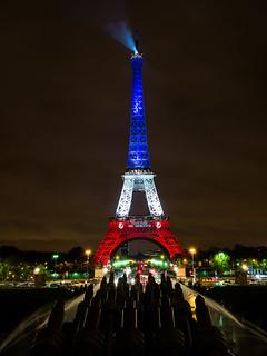 From flickr.com/photos/10288162@N07/23087604671/: La tour Eiffel illuminee en bleu blanc rouge