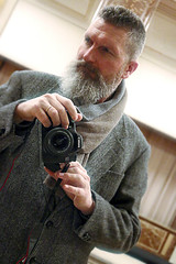 Berlin-Mitte, 2015 (Thomas Lautenschlag) Tags: camera portrait selfportrait berlin male me canon germany beard deutschland photography goatee fotografie photographie autoportrait bart portrt autoritratto autorretrato allemagne selbstportrait bigbeard barbe selfie autoportret selbstportrt selbstauslser fullbeard vollbart   barbouze thomaslautenschlag canone70