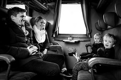 Familj på tåget 2016-11-26 (Michael Erhardsson) Tags: 2016 familj på resa tågresa tåget ombord vagn interiör svartvitt