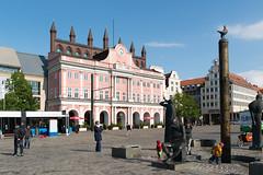 Rostock - Rathaus und Möwenbrunnen am Neuen Markt (Volker Zürn) Tags: de deutschland brunnen rathaus landschaft garten rostock passant neuermarkt mecklenburgvorpommern möwenbrunnen