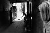Segni d'insofferenza (Vanda Guazzora) Tags: marocco marrakech streetphotographie suk bianco e nero turista