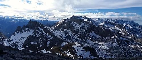 Panorámica del macizo oriental y  central desde la cumbre del samelar.