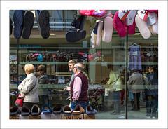 Dia de mercat (Vicent Granell) Tags: granellretratscanon mercat urbanes urbanas gente gent reflexes color mirada visi composici