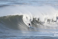 Portugal: Nazar (bersli) Tags: portugal strand boot meer sonnenuntergang surfing lissabon leuchtturm fischer nazar wellen atlantik fischerdorf surfen ozean