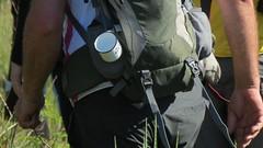 Preparado (jakza - Jaque Zattera) Tags: campo caminhada treking paisagem caneca mochila mão