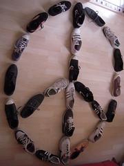 LA PAIX (marsupilami92) Tags: france frankreich shoes war ledefrance sneakers nike converse baskets vans adidas guerre handicapinternational 92 symbole chaussures paix courbevoie springcourt basm becon hautsdeseine pyramidedechaussures beconlesbruyres minesantipersonnel pyramidofshoes pyramidevonschuhen piramidedezapatos