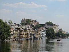 """Udaipur: de l'autre côté de la rive <a style=""""margin-left:10px; font-size:0.8em;"""" href=""""http://www.flickr.com/photos/127723101@N04/22409726870/"""" target=""""_blank"""">@flickr</a>"""