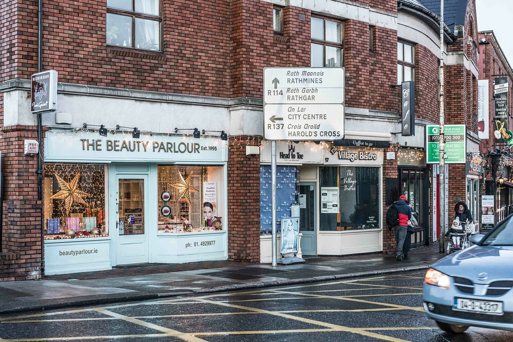 CHRISTMAS EVE IN TERENURE [THE BEAUTY PARLOUR]-110700
