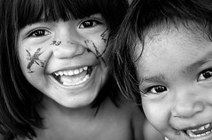 Fillettes Vénézuela _ (ichauvel) Tags: noiretblanc blackandwhite visages faces sourires smiles rires laugh yeux eyes regard look dents teeth fillettes littelgirls portraits portraiture vénézuela venezuela amériquedusud southamerica ameriquelatine voyage trave jour day exterieur outside indiennes indians saltopara