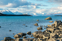 En la orilla del Tekapo (Andrs Guerrero) Tags: airelibre canterbury lago lagotekapo lake montaas mountcooknationalpark mountains newzealand nuevazelanda oceana rocas rocks tekapo tekapolake