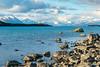 En la orilla del Tekapo (Andrés Guerrero) Tags: airelibre canterbury lago lagotekapo lake montañas mountcooknationalpark mountains newzealand nuevazelanda oceanía rocas rocks tekapo tekapolake