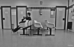 Solo ante el peligro (Franco DAlbao) Tags: francodalbao dalbao lumix bn bw espera waiting salud health hospital hombre man gente people candid robado sanidad public publichealth nervios nervious