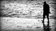 Al final del día... (Franco D´Albao) Tags: francodalbao dalbao nikond60 bn bw gente people paseo walking mar sea playa beach atardecer sunset día day pensando thinking descalzo barefoot