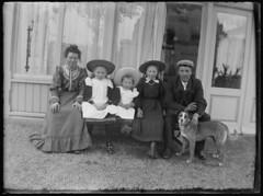 Groepsfoto (Regionaal Archief Alkmaar Commons) Tags: denhelder hond dog