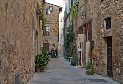 """ Bien vivre "" (pigianca) Tags: italy tuscany pienza historicalcenter streetphoto urbanphoto landscape leicaq crop"