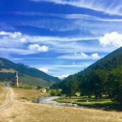 """Familia de paseo por el rio de la montaña"" (atempviatja) Tags: familia paseo paraíso montgarri nubes río cielo montaña valle iglesia"