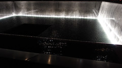 Reflejando Ausencia 03776 (Omar Omar) Tags: newyork newyorkny newyorknewyork usa usofa etatsunis usono manhattan lowermanhattan worldtradecenter 911memorial 911 september11 september11memorial septiembre11 septembre11 michaelarad peterwalker fountain fuente water waterfalling enmemoria mmorial memorial