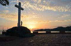 Atardecer en el Peñón del Santo (Tomás Hornos) Tags: sunset atardecer puestadesol siluetas sol roca mediterráneo mirador nubes cielo sky peñón