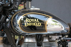 Royal Enfield Classic 500 in Bombay 10.10.2015 3155 (orangevolvobusdriver4u) Tags: india detail classic logo badge bombay moto motorcycle 500 mumbai brand indien zeichen motorrad royalenfield 2015 classic500 royalenfieldclassic500 archiv2015