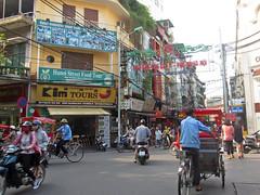 Life on the streets - Ha Noi Old Quarter (Helen M Evans) Tags: vietnam hanoi oldquarter
