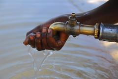 OIKO PICS (edgarpellucidar) Tags: africa italy kenya mani acqua dita povert africana africano bambino bere rubinetto lavare povero pulito sorgente limpida terzomondo