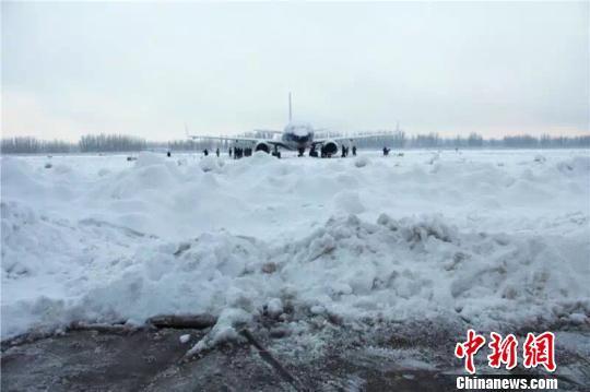 新疆南部迎来罕见大雪 阿克苏机场关闭航班延误