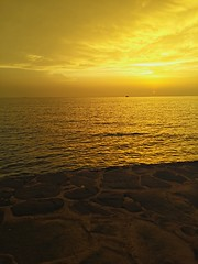 A beautiful yellow sunset above the sea (Amaze pic) Tags: sun sunset sea yellow beach workout clouds black rain beautiful amazing photo pictures picture pic image art feeling love warm hot summer