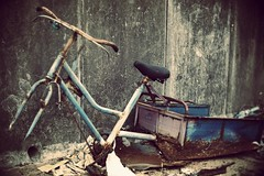 (a.pierre4840) Tags: olympus omd em5 cmount schneider kreuznach xenon 25mm f095 selectivefocus fotor artfilter bicycle decay abandoned rust
