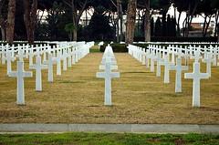 prospettiva di morte (Il cantore) Tags: white graveyard grass perspective crosses file row marble prato bianco croci cimitero prospettiva marmo cimiteroamericanodinettuno sicily–romeamericancemeteryandmemorial