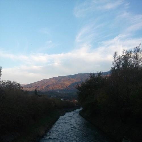 Une passerelle Le Breda & Pontcharra Le soleil éclairant les montagnes aux couleurs de l'automne   Photo du 28.10.2016   #isere #38 #visitisere #igersisere #igersgrenoble #rhonealpes #auvergnerhonealpes #nature #natura #natureaddict #jaimelanature #montag