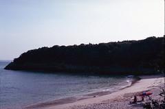 Praia do Coelho, Arrbida, Outubro 2014 (Tefilo de Sales) Tags: arrabida praia beach sand horizon summer sky blue analog analogic 50mm 35mm nikkormatel nikkormat nikon nikkor film fuji fujifilm fujixtra400 sea water ocean do coelho mpa marine protected area