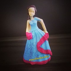 Detalhes... 👸👑 #molindacake #cakedesign #cakedecorating #cake #cakeart #sweet #boloprincesa #bolo #bolomenina #parabéns #happybirthday #mesversario #bolomesversario #9meses #candy #instacake #delice #maedemenina #princesscake #princesa #top (Molinda Cake) Tags: molinda cake bolo pasta americana bolos confeitados boss