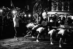 Ftons l'automne naissant (www.danbouteiller.com) Tags: japon japan japonia japanese japonais kyushu nagasaki party fte asia asie asiatique asian bynight nuit night dragon scene mono monochrome monochromatic black white noir blanc nb bw noiretblanc noirblanc blackandwhite blackwhite blacknwhite canon canon5d eos 5dmk2 5d 50mm 50mm14 5d2 5dm2 kunchi