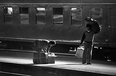 La seora del sombrero (Barcelona, 1977) (jfraile (OFF/ON slowly)) Tags: barcelona 1977 estaciondefrancia tren pasajeros mujer paquetes maletas blancoynegro quimica negrapan21 pentaxspomatic streetphotography jfraile javierfraile analogica
