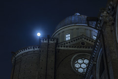 Scorcio sotto la luna piena (Valentina Conte) Tags: foreshortening fullmoon church dome santagiustina padua architecture light night natural beauty sky nightscape moon canon100d rebelsl1 valentinaconte